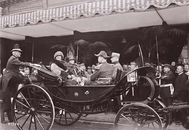 GALLICA, 10.04.1924: S. M. la reine de Roumanie et Mme Millerand, à la gare du Bois de Boulogne