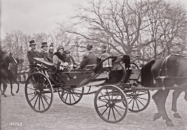 GALLICA, 10.04.1924: S. M. la reine de Roumanie et Mme Millerand, avenue du Bois