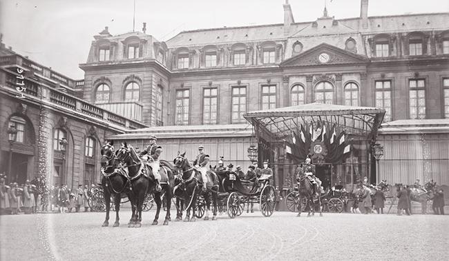 GALLICA, 10.04.1924: les souverains roumains à l'Elysée, la reine de Roumanie et Mme Millerand arrivent en fiacre