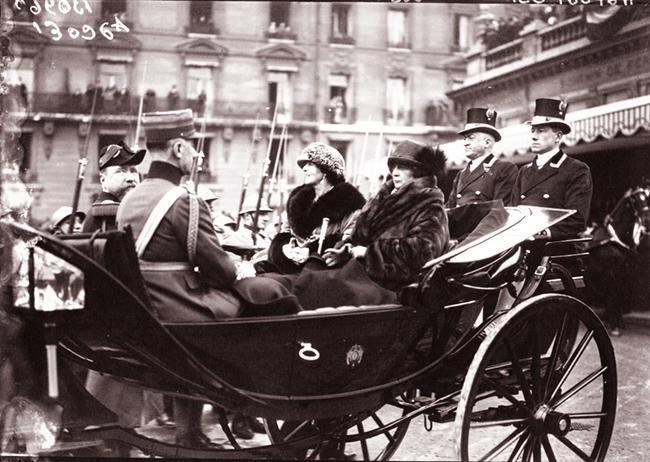 GALLICA: Voyage du Roi et de la Reine de Roumanie à Paris. La Reine de Roumanie et Mme Millerand