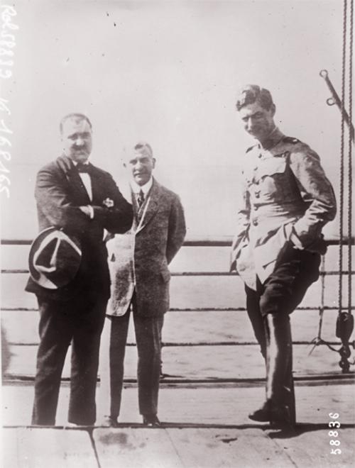 GALLICA: Voyage du prince Carol de Roumanie en Egypte, le prince à droite, accompagné du ministre roumain, à gauche, Filidor