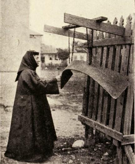 Călugăriţă bătând toaca