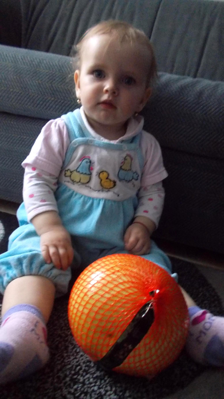 Ioana-Carina şi fructul trimis de PIM