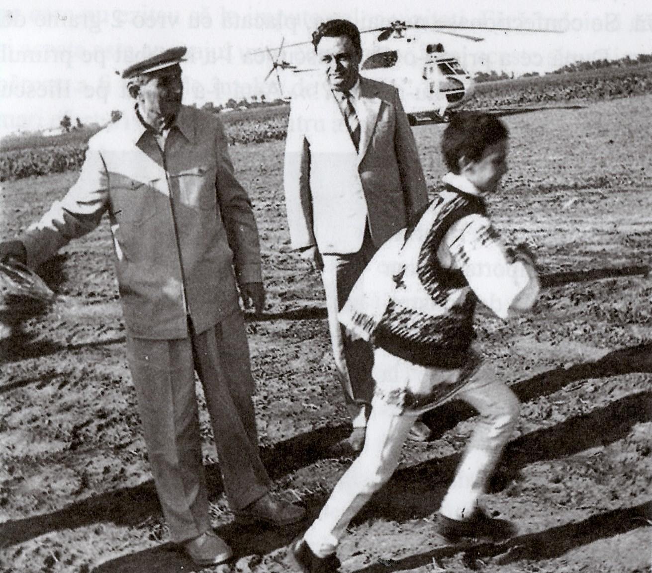 Ceauşescu şi prim-secretarul, stupefiaţi că un puşti le taie calea