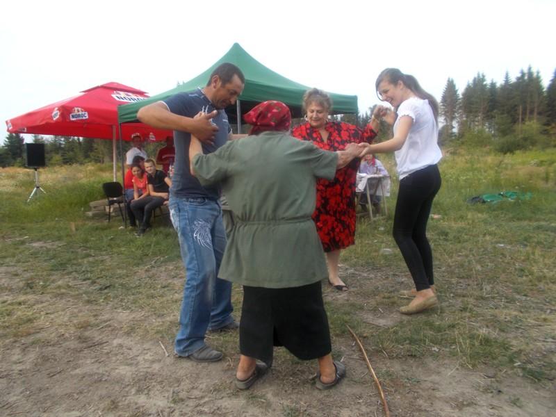 Bătrânica, dansând peste toiagul aruncat