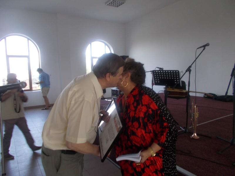Managerul Viorel Varvaroi, premiind-o / pupând-o şi pe Lea Taran
