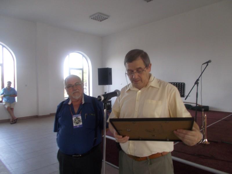 Managerul Viorel Varvaroi, citind, emoţionat, textul diplomei lui Menachem Falek
