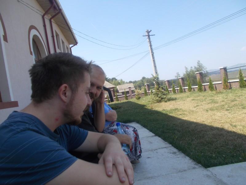 Andi şi Mihnea, pe treptele Căminului Cultural din Corlata