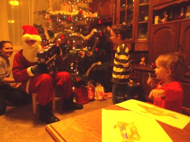 """Cozmina, """"Moş"""" Andi """"Crăciun"""" şi nepoţeii Darius şi Carina"""