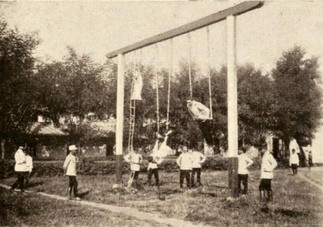 Exerciţii de gimnastică militară