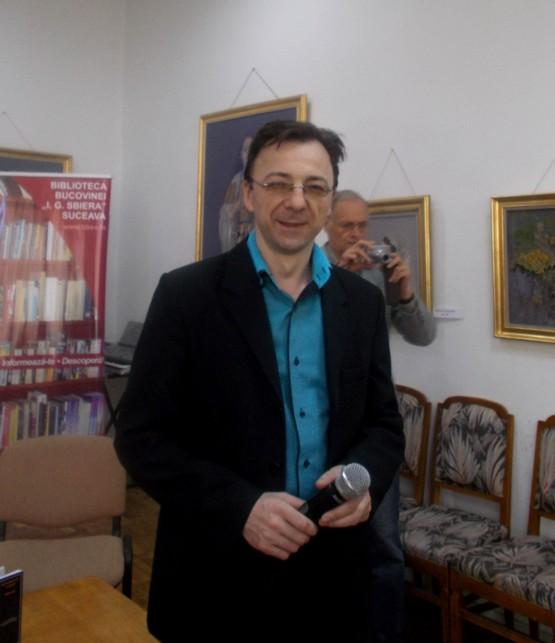 """Directorul Bibliotecii Bucovinei, Gabriel Cărăbuş, şi, în planul """"fotografului"""", artistul total Constantin Severin"""