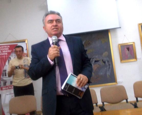Vicepreşedintele Ilie Niţă, prezentând, cu entuziasm, cărţile lansate