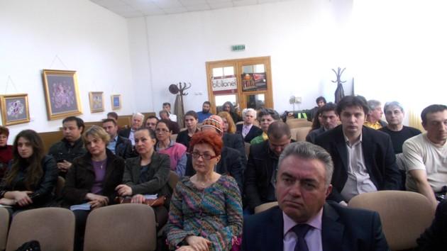 Domnul Ilie Niţă, vicepreşedintele C. J. Suceava, în publicul sucevean