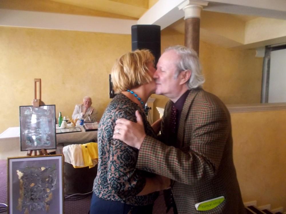 Inimoasa jupâneasă Angela Zarojan, pe când pupa sărbătoritul