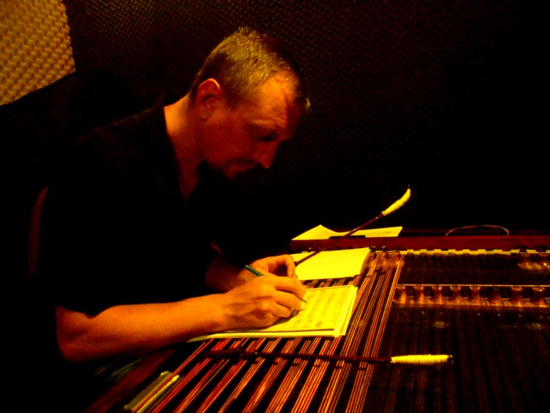 Profesorul Petru Oloieru, scriind armonia unei piese vechi