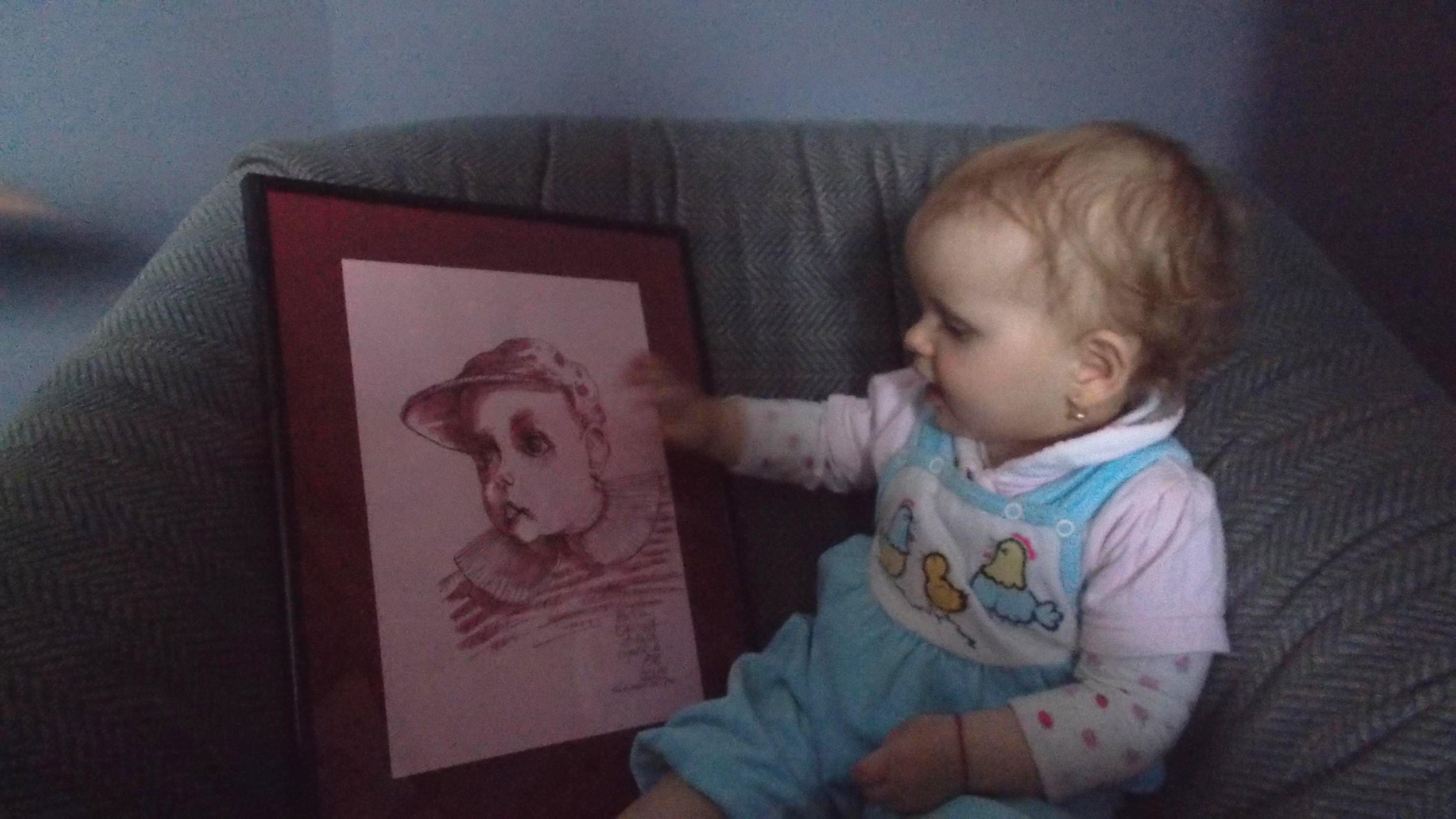 Carina Ioana, admirând portretul făcut de PIM