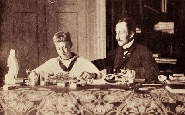 Prințul Carol, în cabinetul de lucru (stânga)
