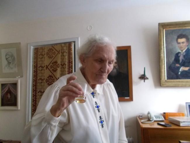 Ana Candrea Constantin inchinand cu sanatate