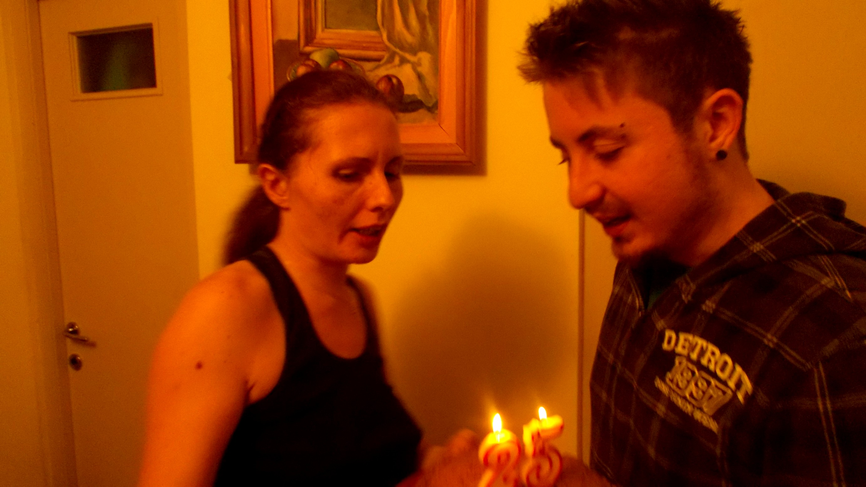 Andi, suflând în lumânări, ajutat de Cozmina