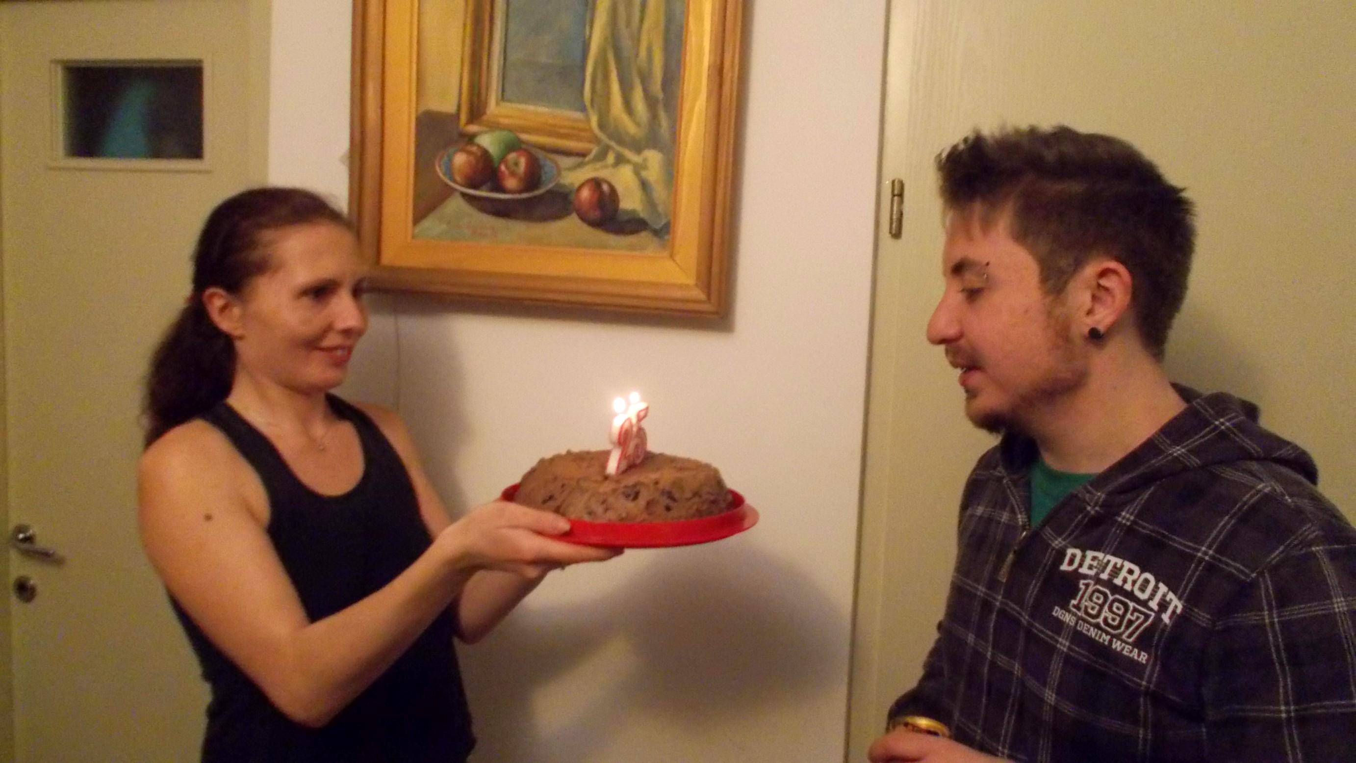 Cozmina, aducând tortul lui Andi