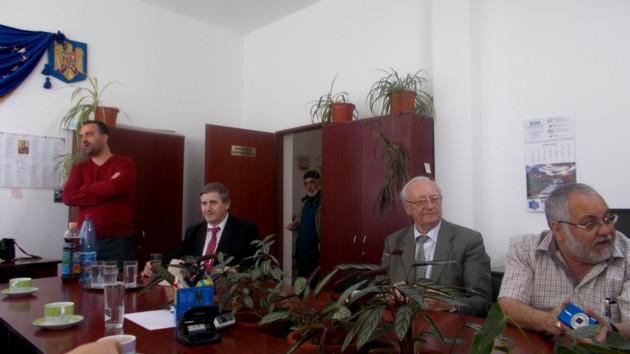 Menachem Falek, în biroul secretarului Primăriei din Berchişeşti, împreună cu doi dintre şefii culturii judeţene şi cu Radu Bercea