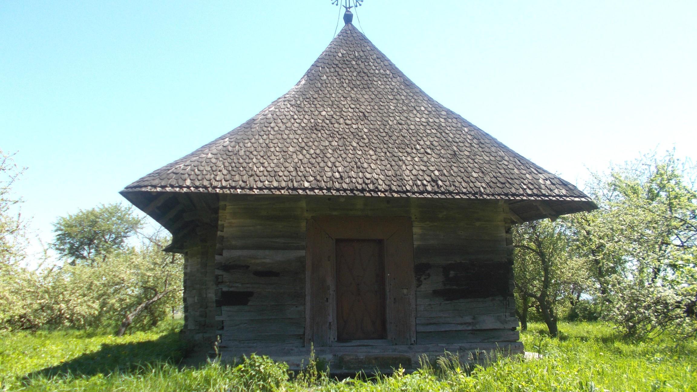 Biserica, privită din faţă
