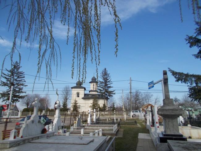 Biserica vazuta din cimitir