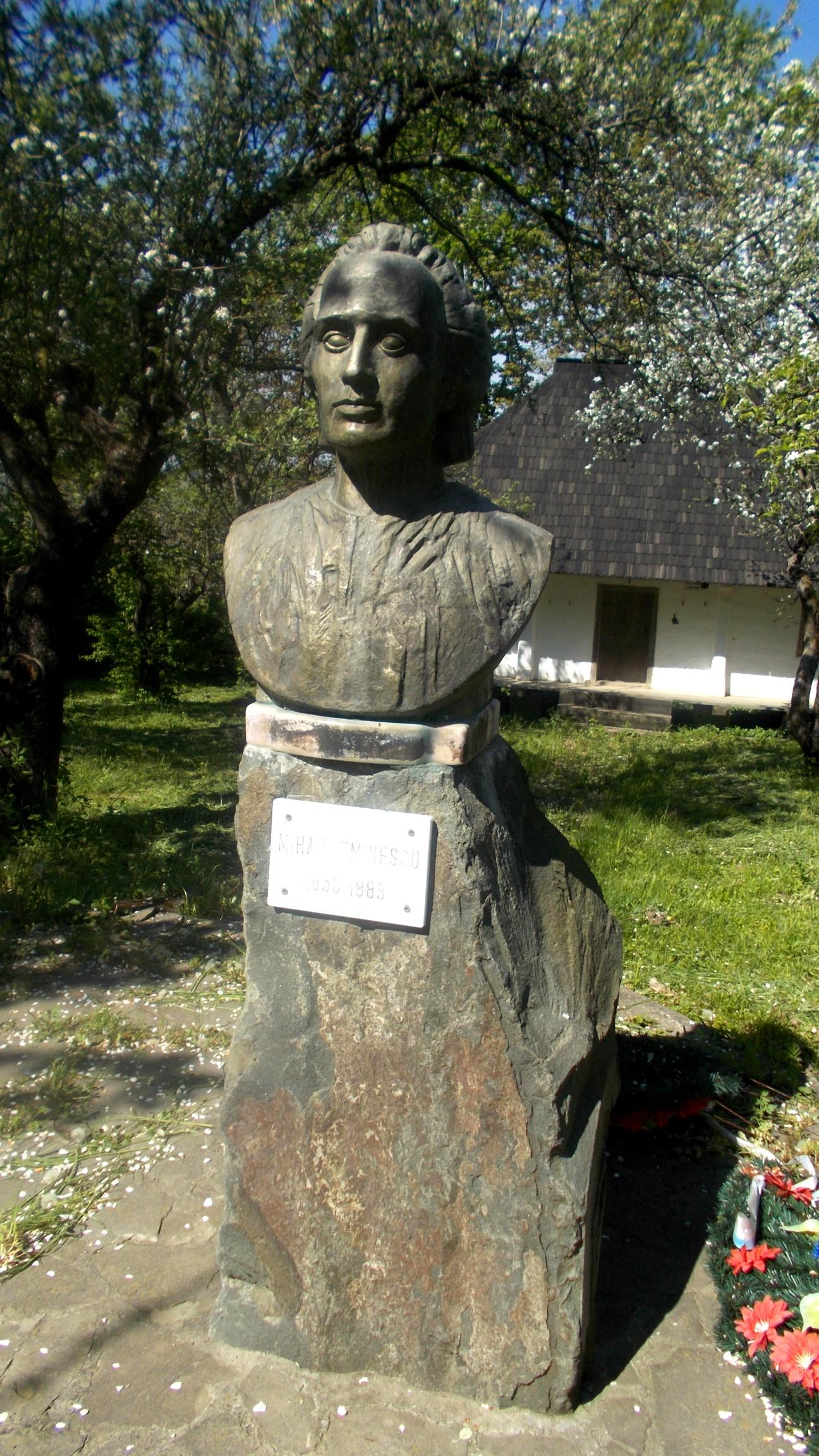 Urâtul bust al lui Eminescu