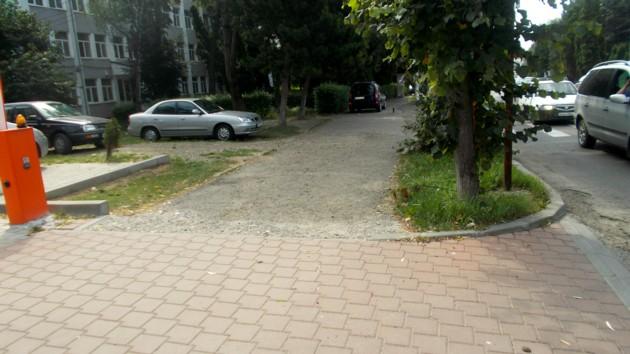 Trotuar pentru clientelă, continuat de trotuarul pentru suceveni