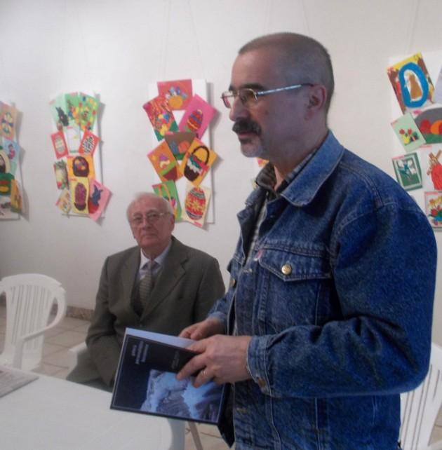 """Tiberiu Cosovan, prezentând, lângă Radu Bercea, """"Galeria Personalităţilor Bucovinene"""""""
