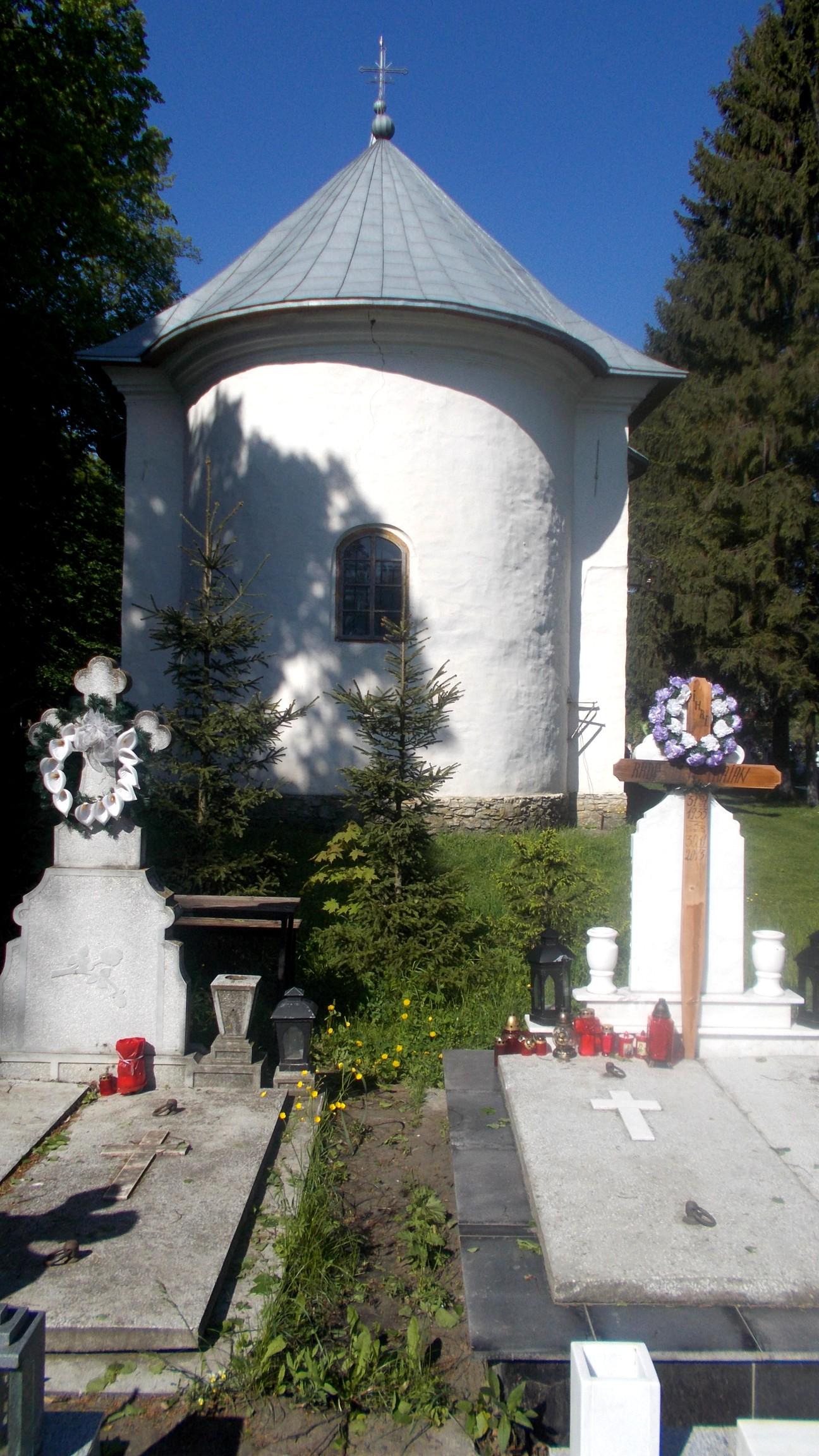 Biserica din Costâna, privită din cimitir