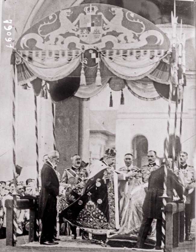 Couronnement des souverains roumains à Bucarest à la cathédrale Alba Iulia le 15 octobre 1922 c