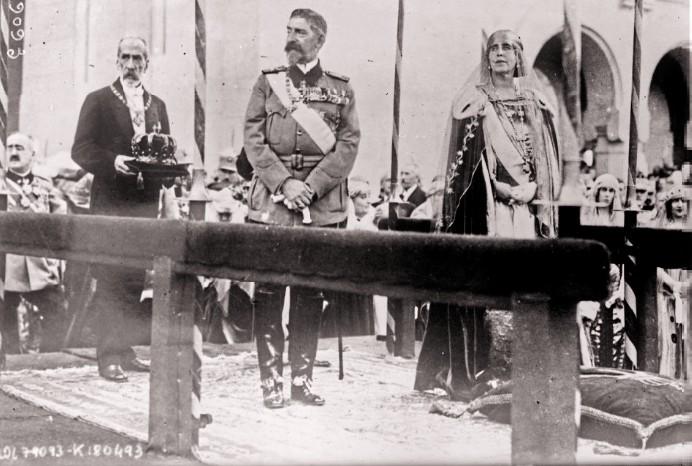 Couronnement des souverains roumains à Bucarest à la cathédrale Alba Iulia le 15 octobre 1922 b