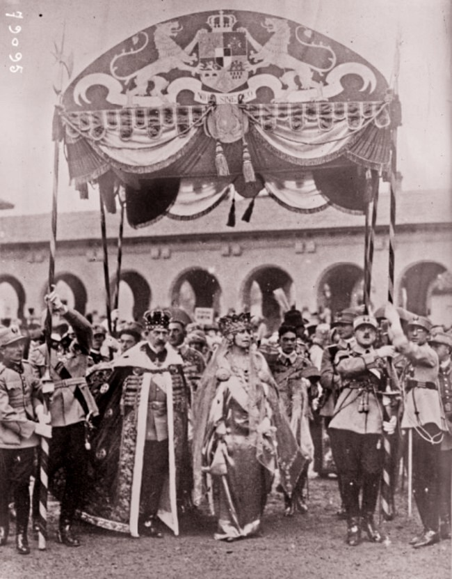 Couronnement des souverains roumains à Bucarest à la cathédrale Alba Iulia le 15 octobre 1922 d