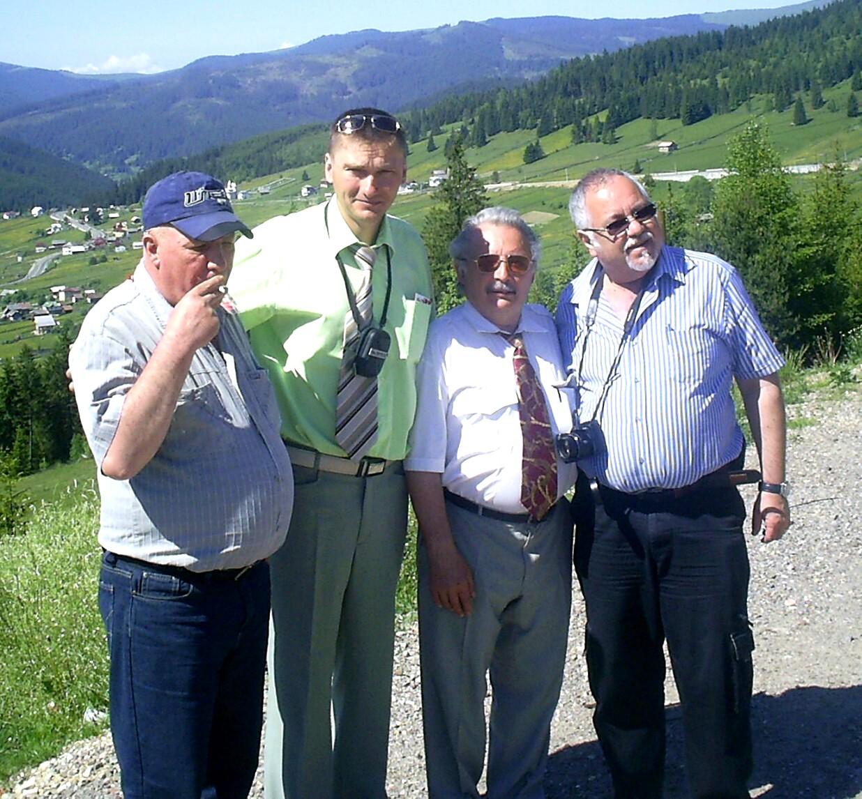 Fumând, pe Mestecăniş, lângă Anatol Viere, Vasile Tărâţeanu şi Menachem Falek