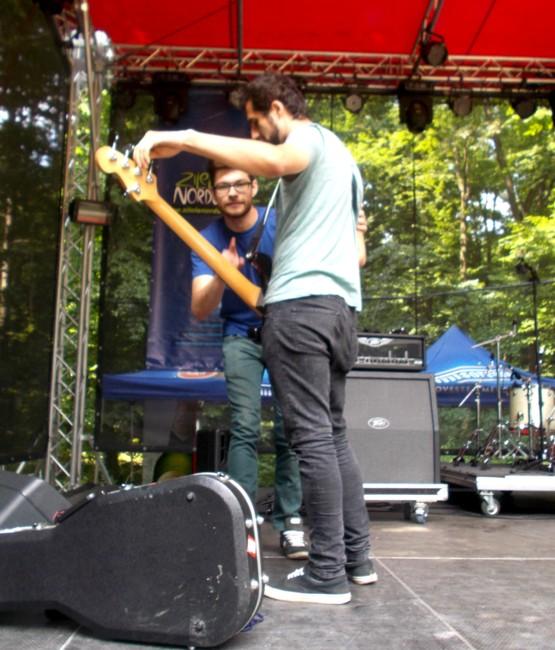 Buzu şi Teiu, acordând instrumentele