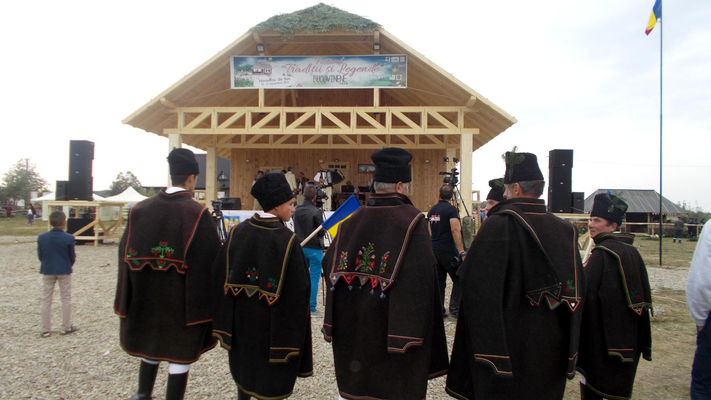 Mărginenii, cu superbele lor mantale răzeşeşti, singurii spectatori fideli ai Ansamblului din Suceava