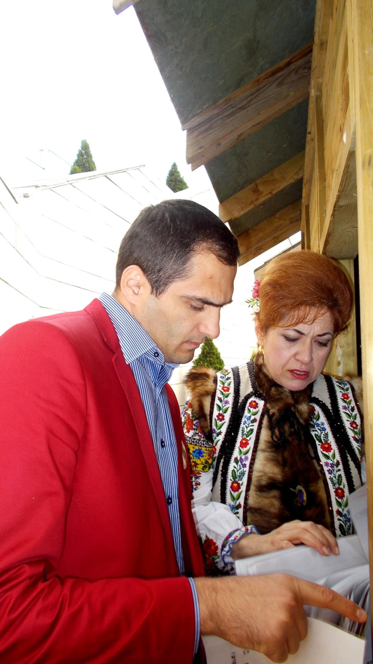 Alexandru Negrea şi Gabriela Teişanu, verificând diplomele