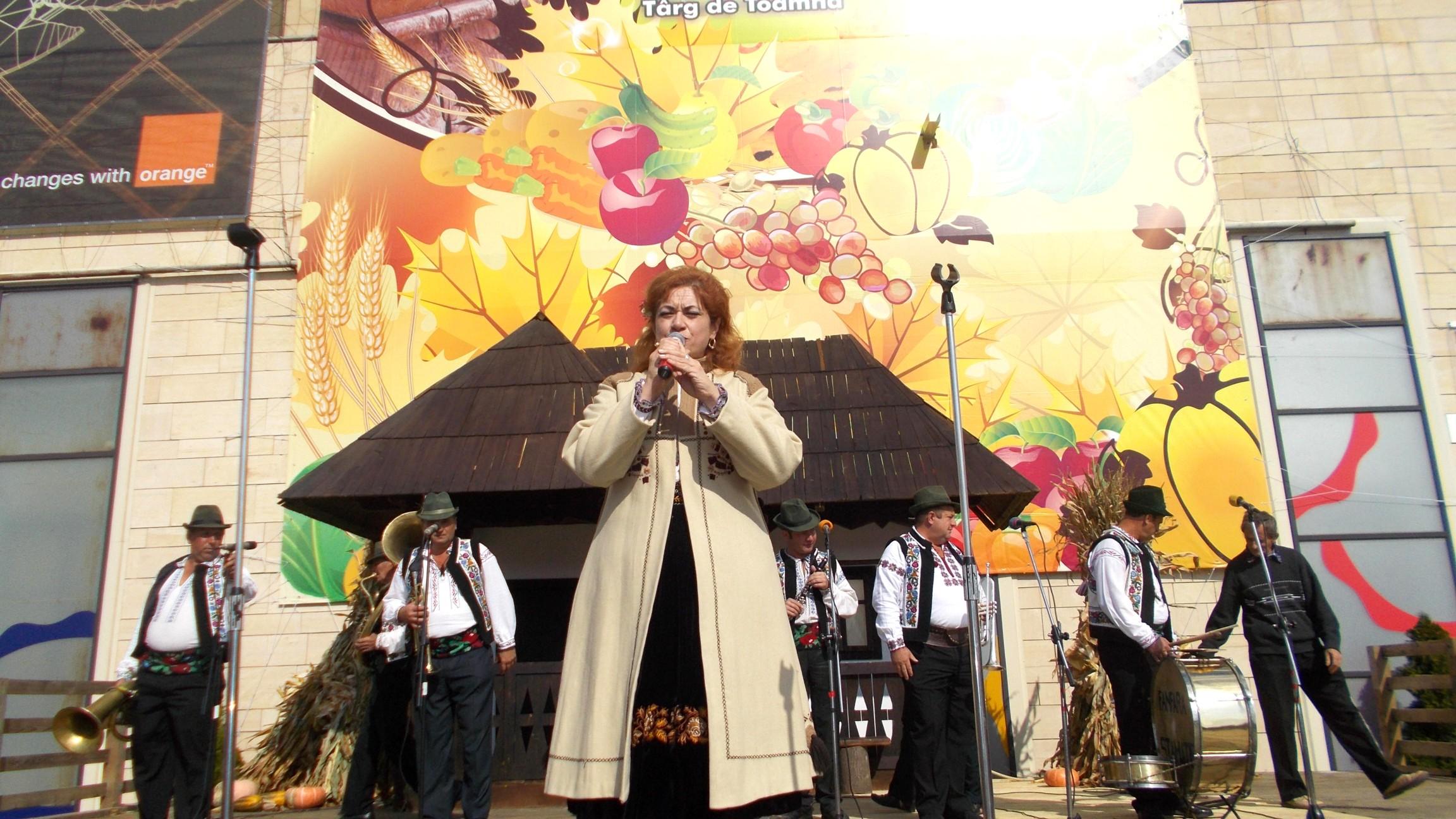 Gabi Teişanu, prezentând, cu har, hăruita Fanfară din Stamate