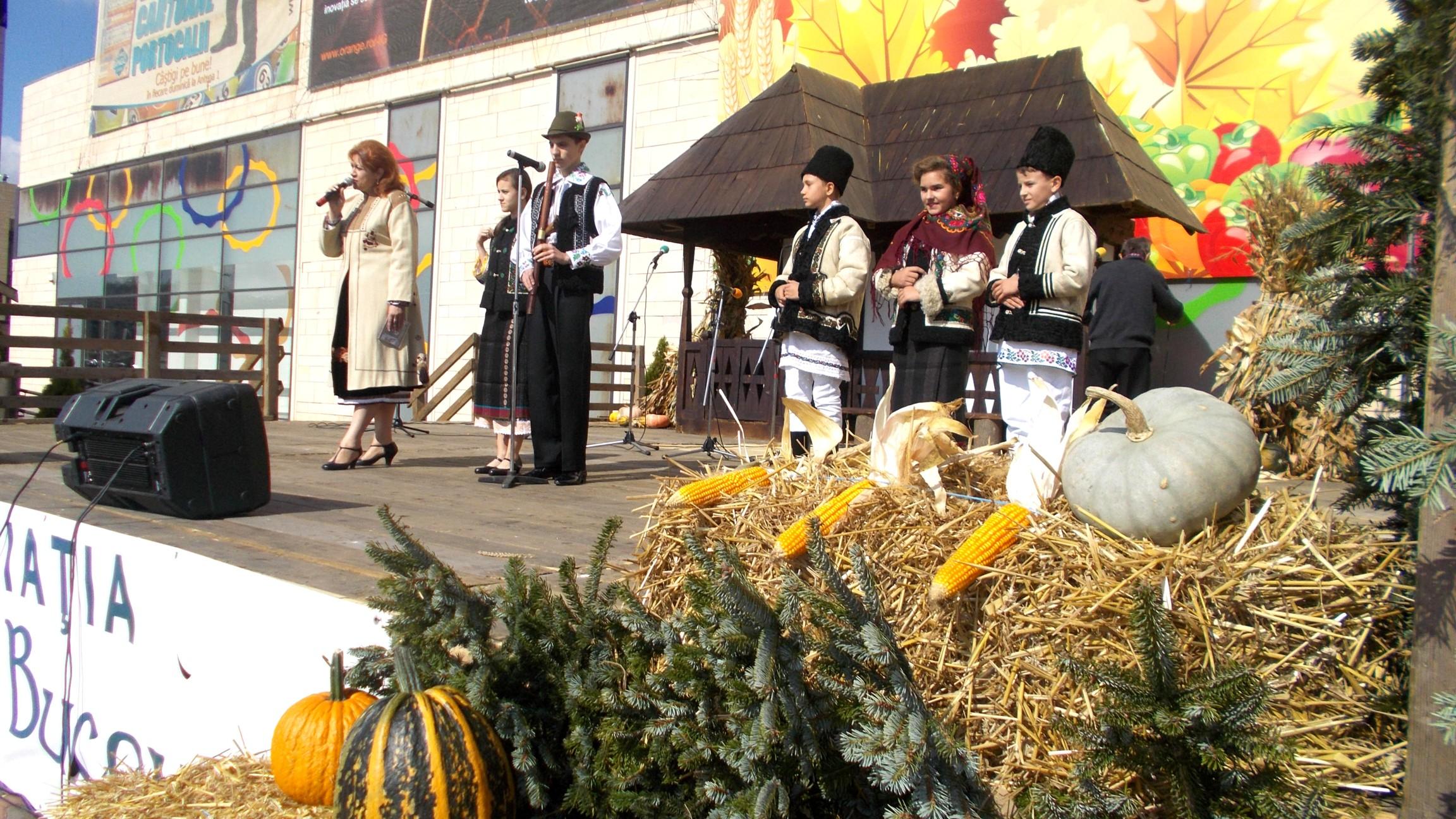Gabi Teişanu, prezentându-i lui Bin Laden pe micii mari artişti Nicoleta Afrăsânei, Alexandru Cozaciuc, Gabriel Treteag, Petronela Popa şi Ghoerghiţă Plăcintă