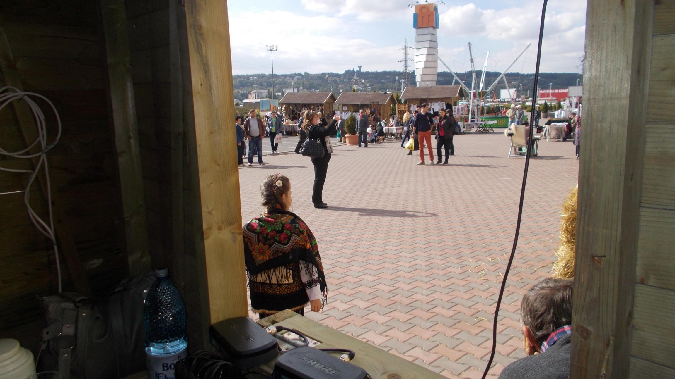 Alina, privind din uşa cabinei de sunet spre pustietatea culturală a Sucevei