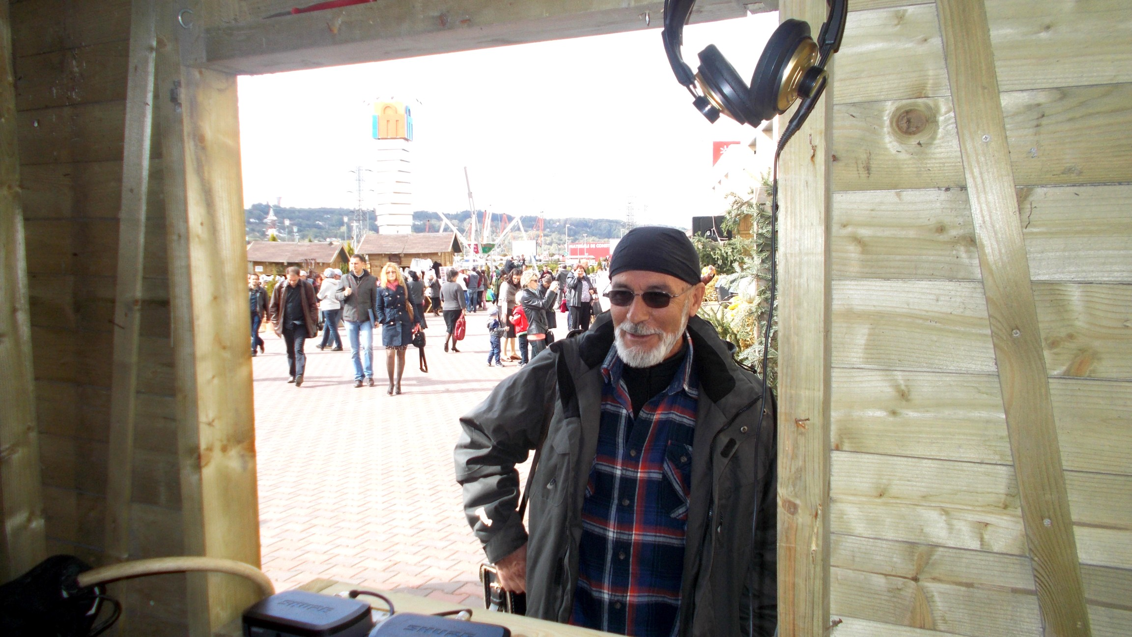 Domnul director Victor Rusu, înfăţişându-se la fereastra poporului produs în bucovina