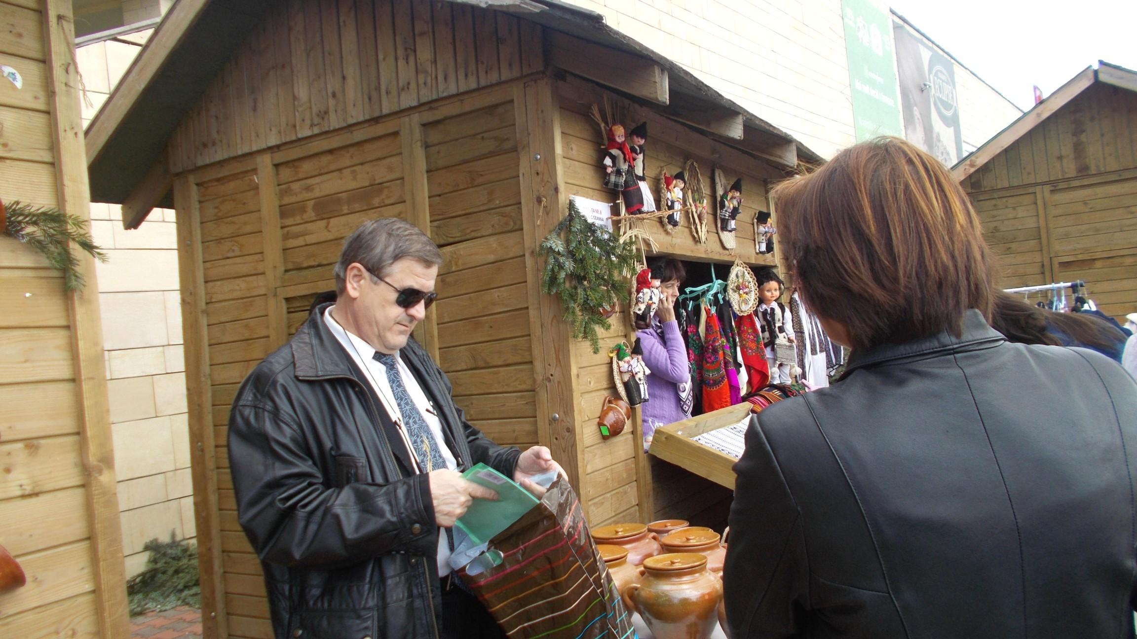 Domnul Manager Viorel Varvaroi, împărţind diplome