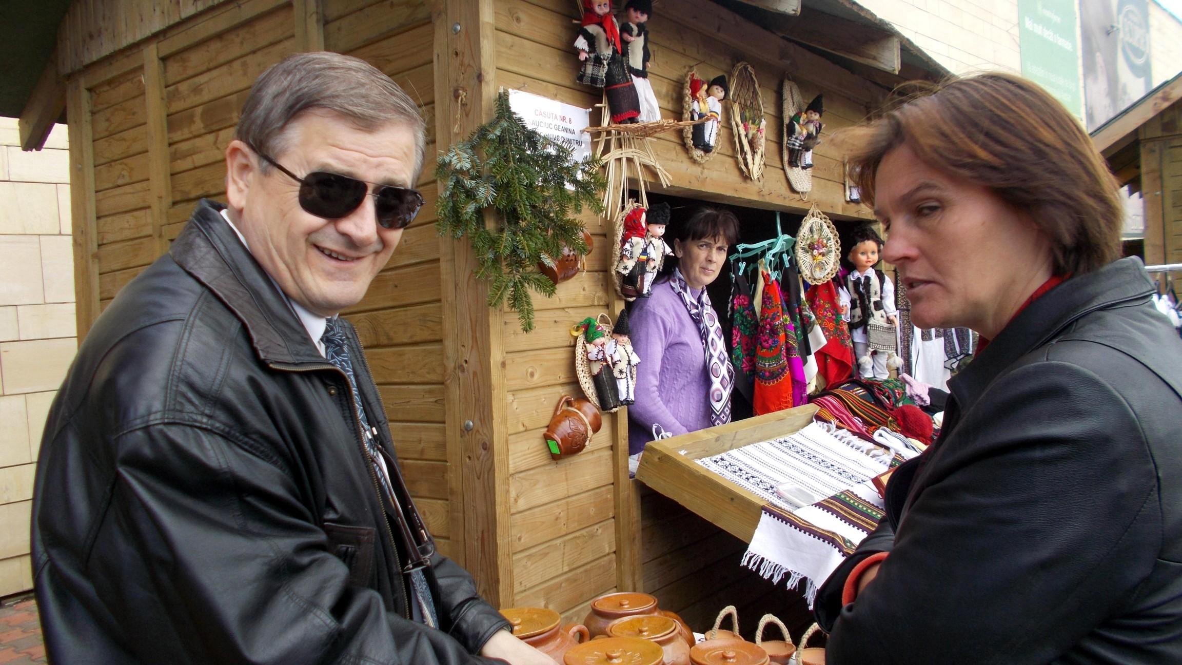 Domnul Manager Viorel Varvaroi, zâmbindu-vă
