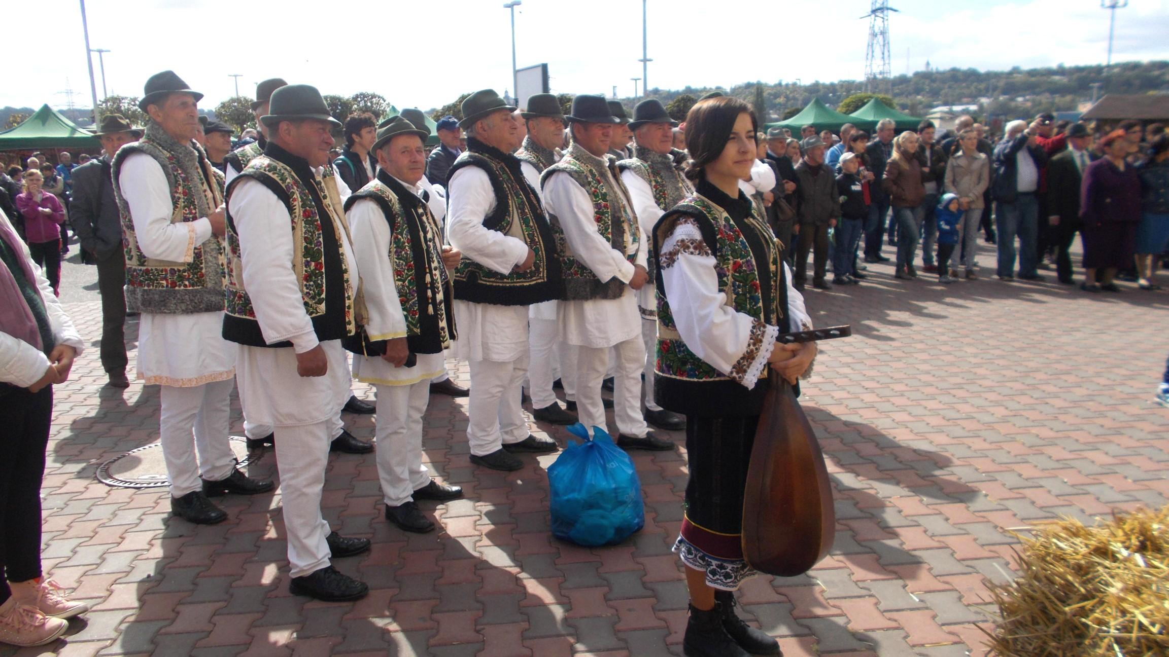 Bosâncenii, cu Alexandra Irimia în frunte, urmărind spectacolul