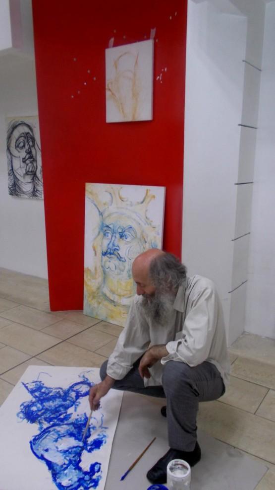 Mircea Dăneasa, pictând şi expunând, în văzul... indiferenţei sucevenilor