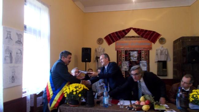 Primarul Cătălin Darabă şi scriitorul Mircea Aanei