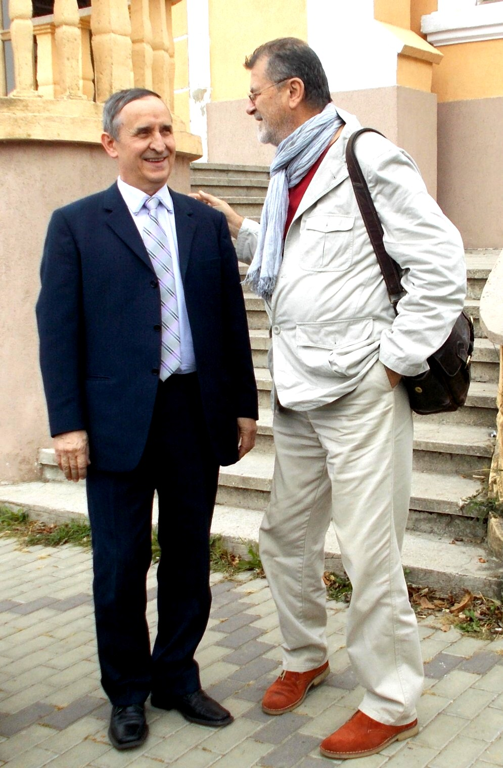 Dolheşteanul putnean Mircea Aanei, întâmpinându-l pe PIM