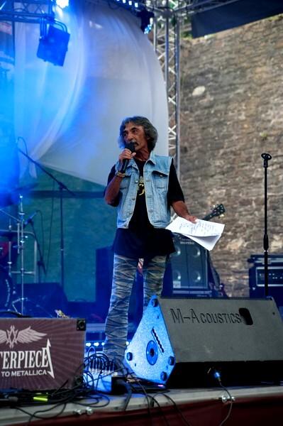 """Doru Popovici, prezentatorul celor 3 ediţii BUCOVINA ROCK CASTLE, intelectual, jurnalist, om de televiziune şi cunoscător al fenomenului rock, pe care numai paraşutata în crai nou nu-l respectă, dintre oamenii şi dintre locuitorii acestui oraş, Suceava găluşcarului Ion Lungu. Postez fotografia din respect pentru el şi din dezgust pentru """"Crai nou"""", ziarul care publică compunerile imbecile ale hoamei de presă."""