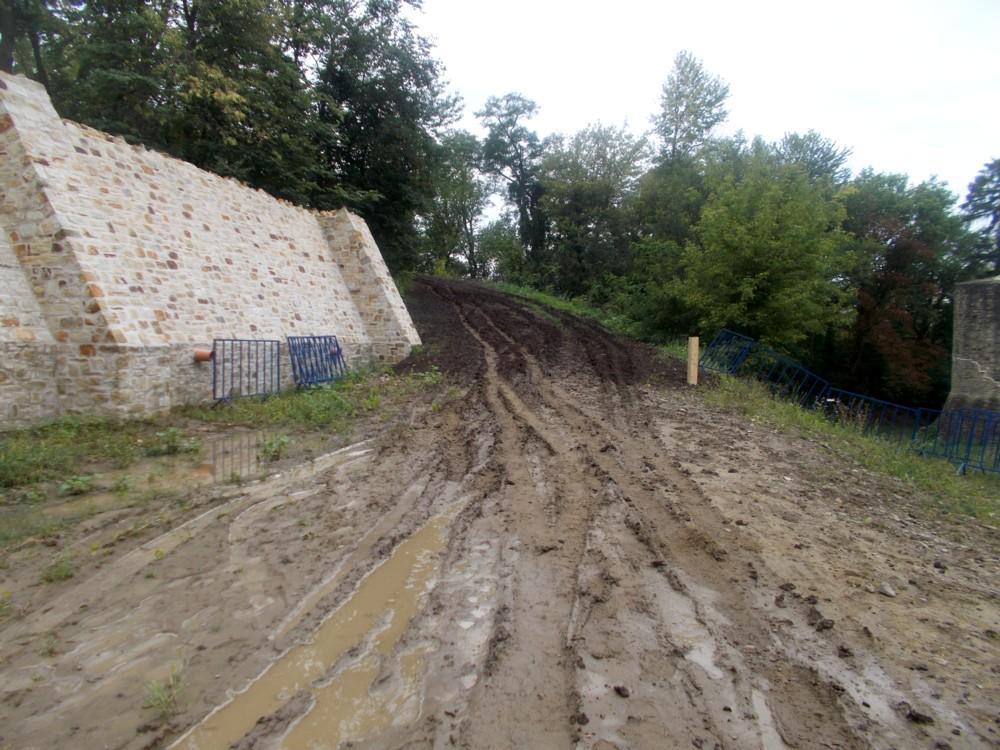 Drumul de acces, înainte de a fi fost curăţat